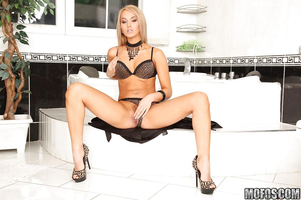 Aleska Diamond довела себя до оргазма