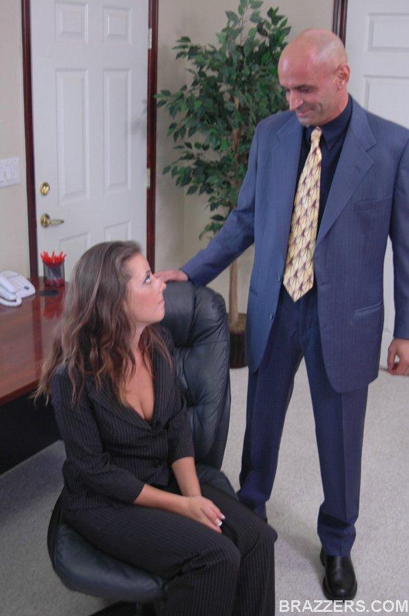 Сисястая и красивая детка в элегантном одеянии Penny Flame дико ебется на рабочем месте