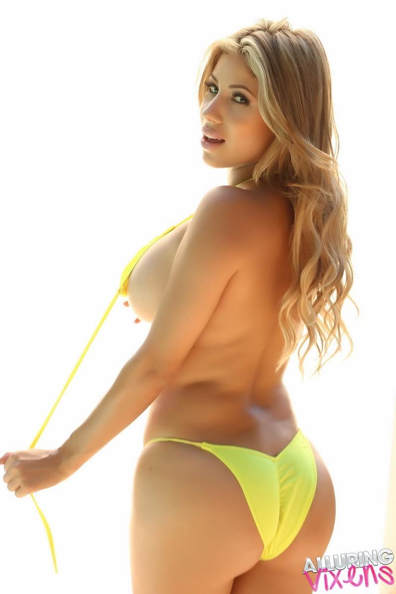 Восхитительное туловище сучки в желтом бикини