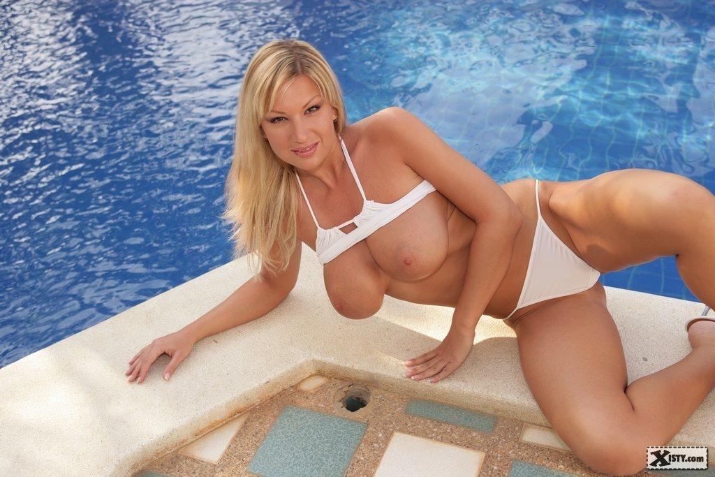 Блондинка вывалила свои дойки и сфотографировала вульву у бассейна