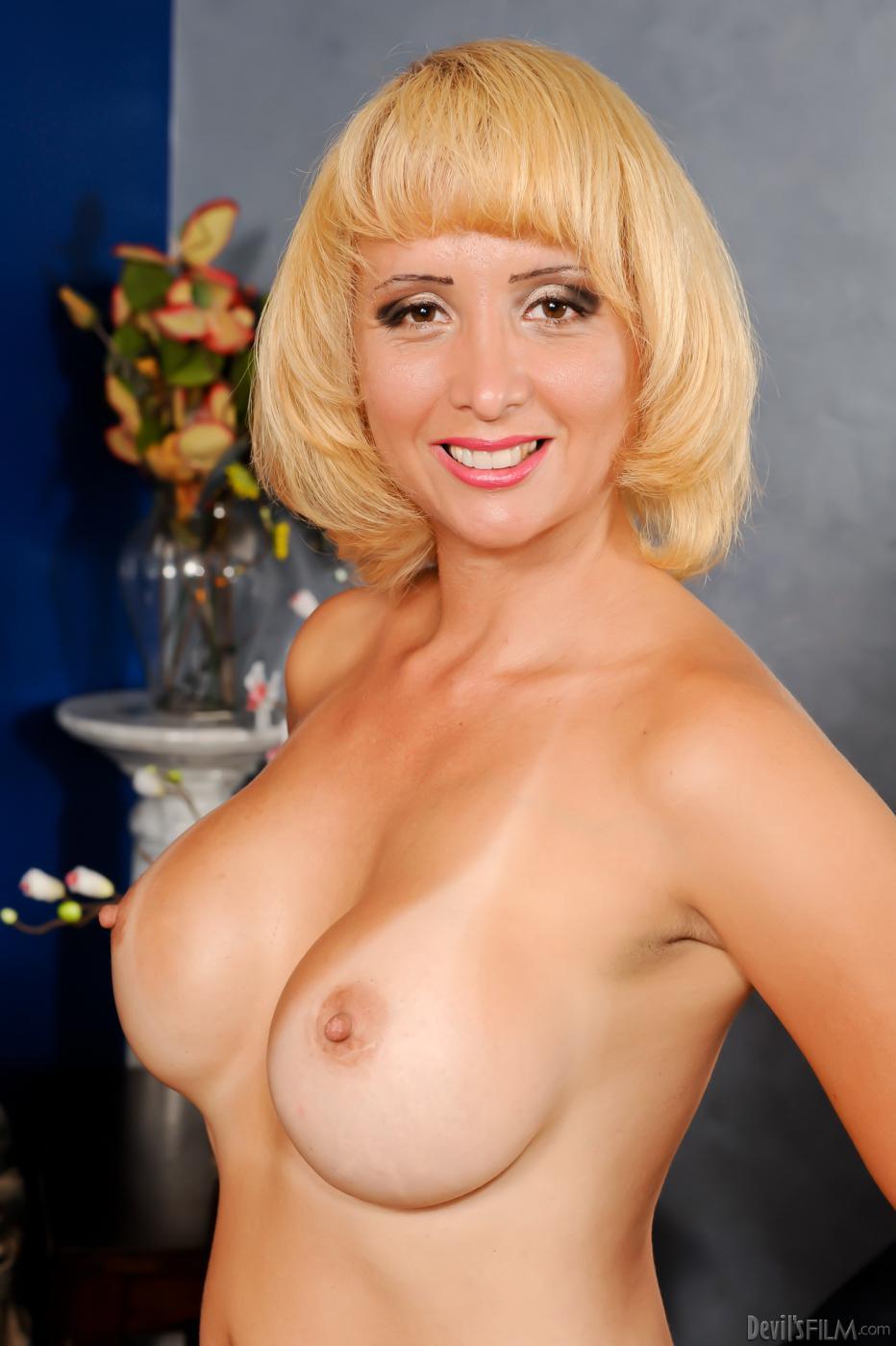 Шикарная светловолосая телка Sophia Mounds играет со своими красивыми и крупными буферами перед камерой