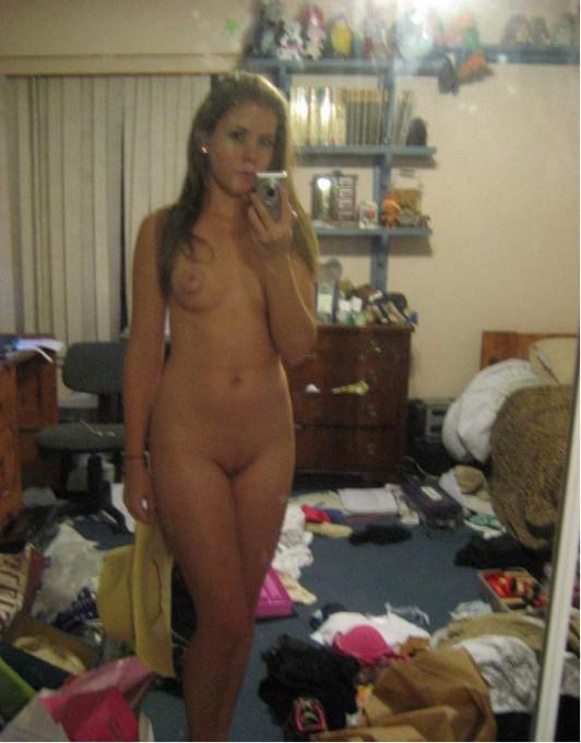 Жаркие девушки сверкают буфером перед зеркалом