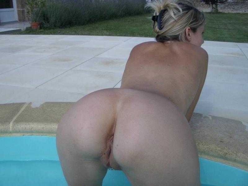 Сальма бахвалится дыркой около бассейна