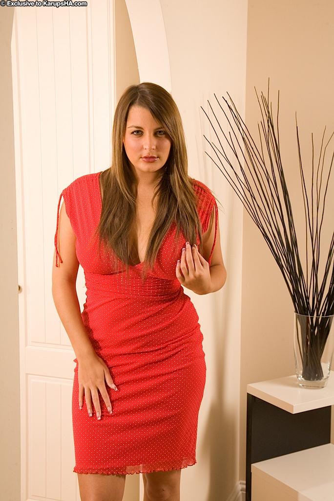 Девка в красном платье массирует пилотку на стуле