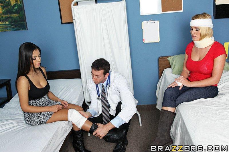 2е титькастые мамы Krissy Lynn и Yurizan поделили хуй доктора с гигантским энтузиазмом