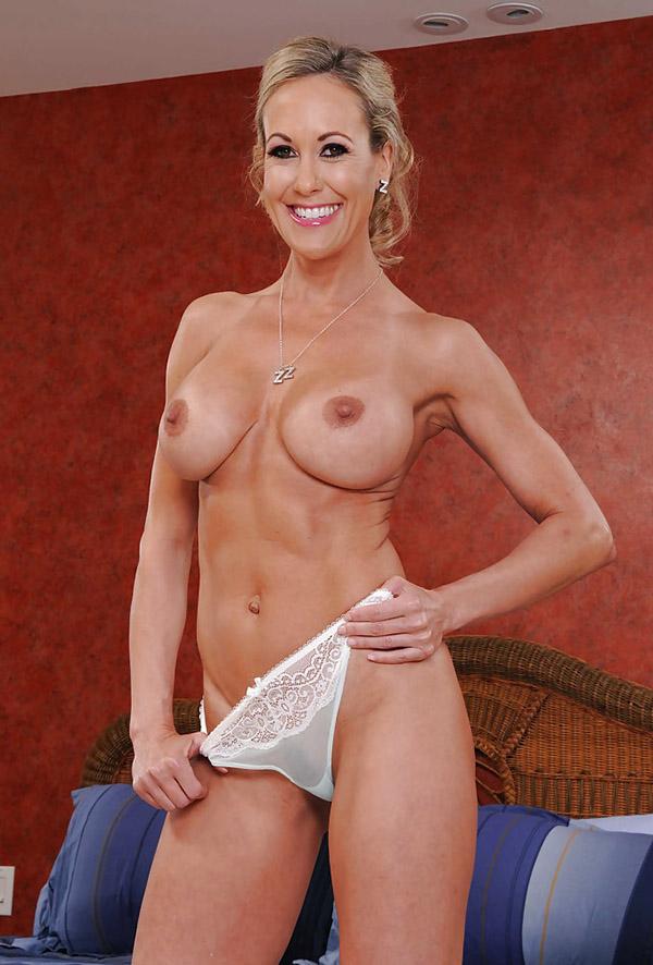 Девка за 40 продемонтстрировала свое роскошное тело