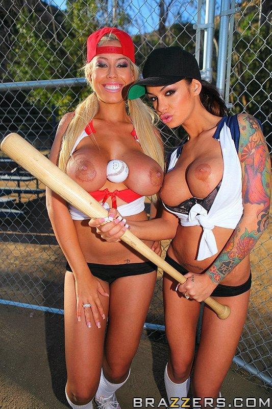 Титястые бейсболистки Bridgette B и Angelina Valentine сношаются на поле