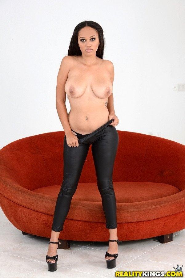 Модель с темными волосами на красном диване не просто делает селфи без бикини, она желает, когда ее будут ебать в рот