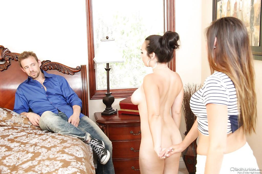 Утренние шалости Holly West и Zoey Foxx с парнем