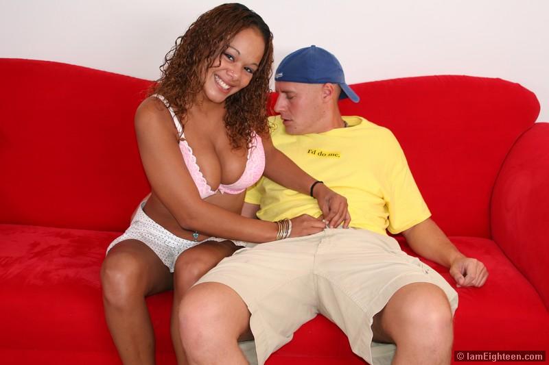 Чернокожая подросток Calisyn Heart с привлекательным личиком и прекрасный гигантскими дойками занимается сексом