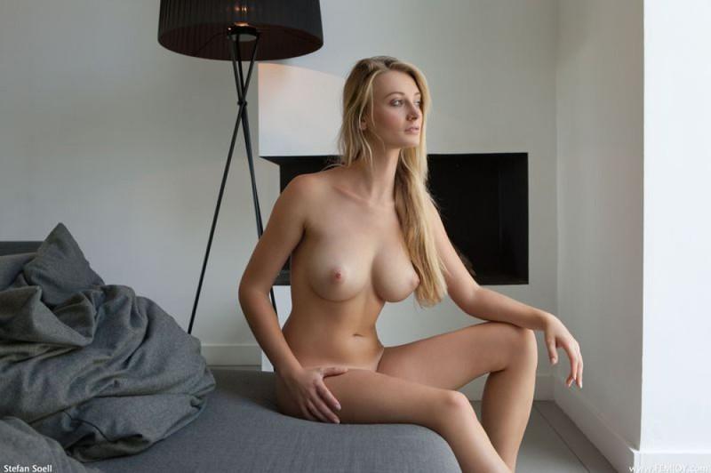 Хохотушка встречает мужа обнаженной в спальне