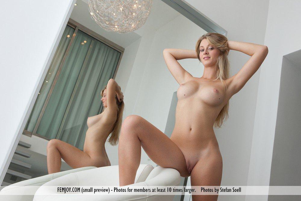 Грудастая светлая секс-бомба Carisha Femjoy оголилась и крутится в эротических позах