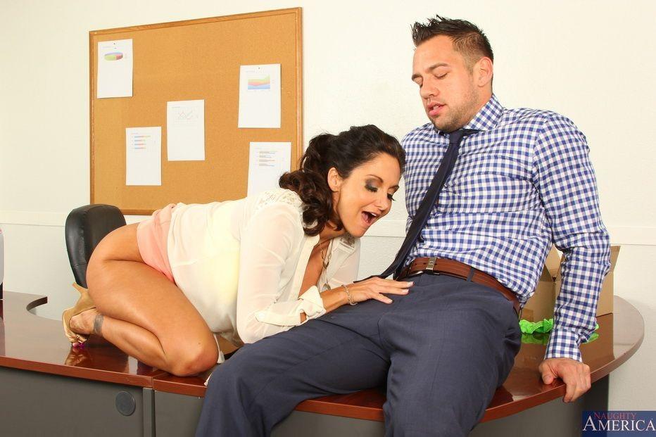 Грудастая милфа Ава Адамс трахается на офисном столе