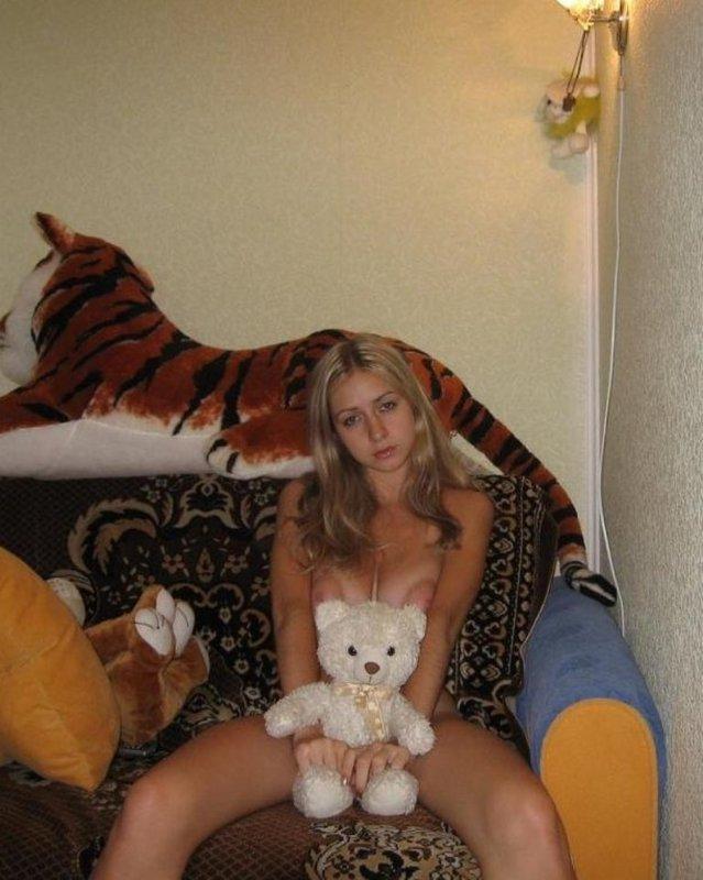 Светловолосая девушка с крупными буферами сняла трусы на кушетке и поласкала киску