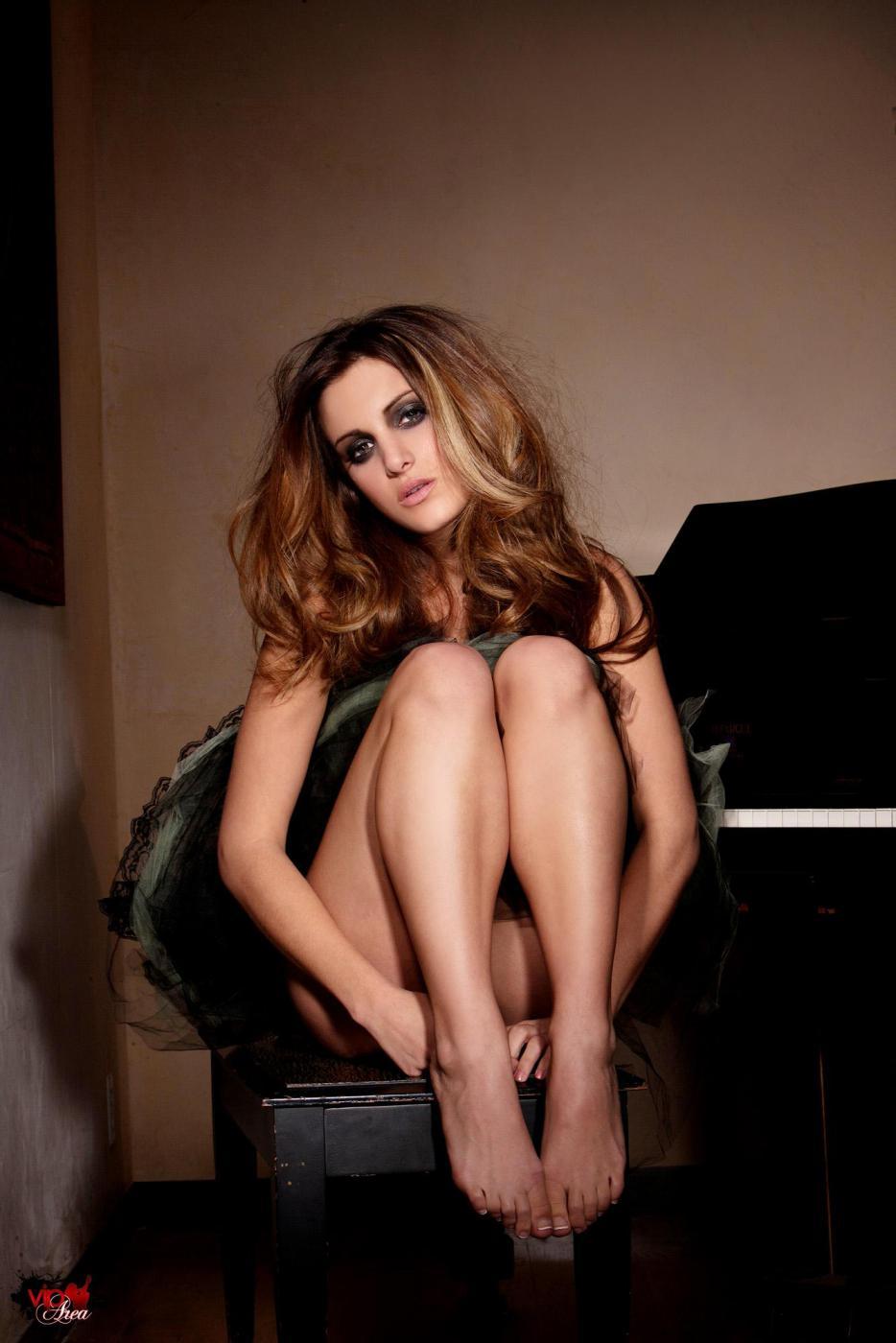 Пышногрудая и элегантная детка Andie Valentino позирует на рояле голой и готовой ко всему