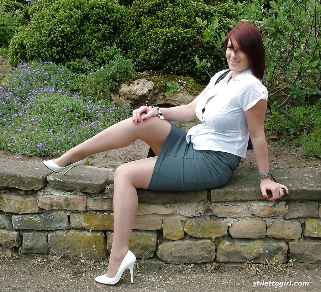 Титястая мама посреди парка обнажает пошлые ножки