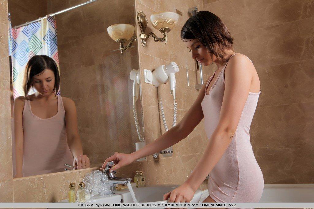 Превосходная совершеннолетняя брюнетка Petrova спускает свое мокрое мини-платье в ванне