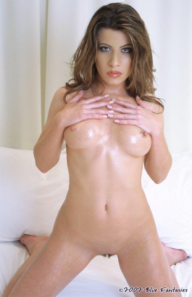Темпераментная шатенка Kristy Anne фоткается голенькой на камеру со своим великолепным смазаным телом