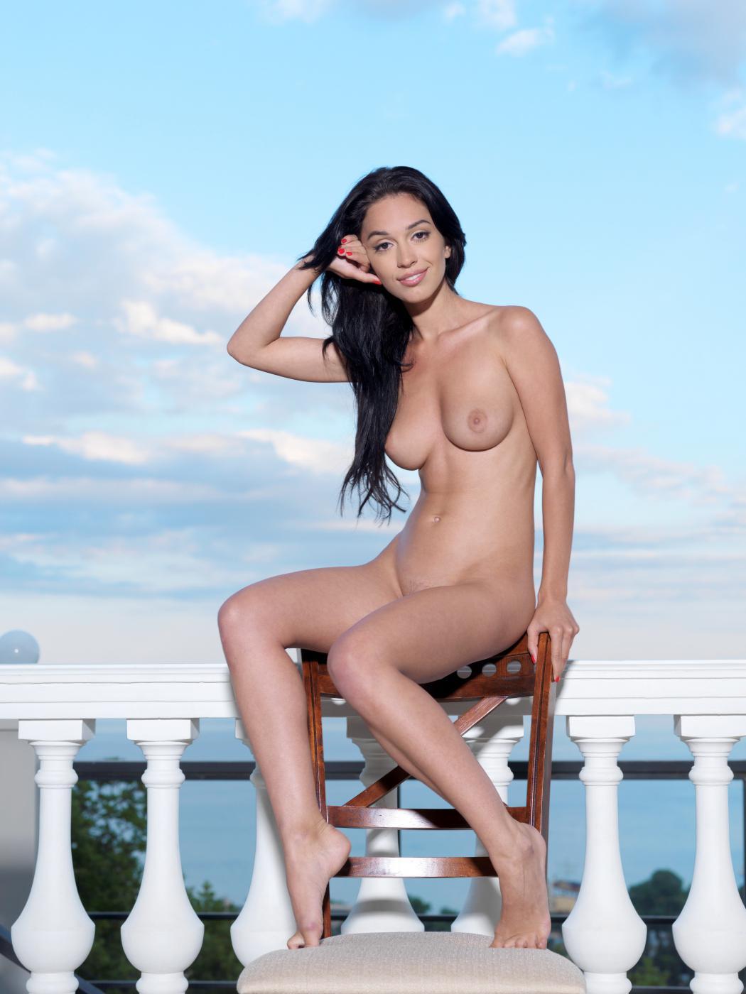 Чувственная модель с темными волосами Helen H представляет невероятно роскошное шоу