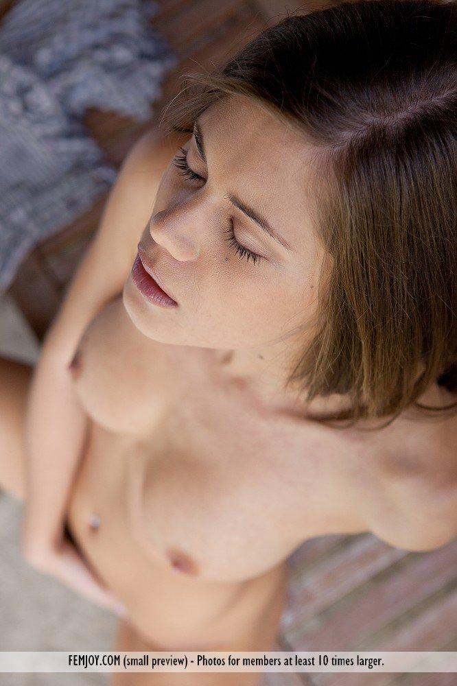 Брюнетка-подросток Little Caprice выставляет напоказ насколько горячо ее невероятное