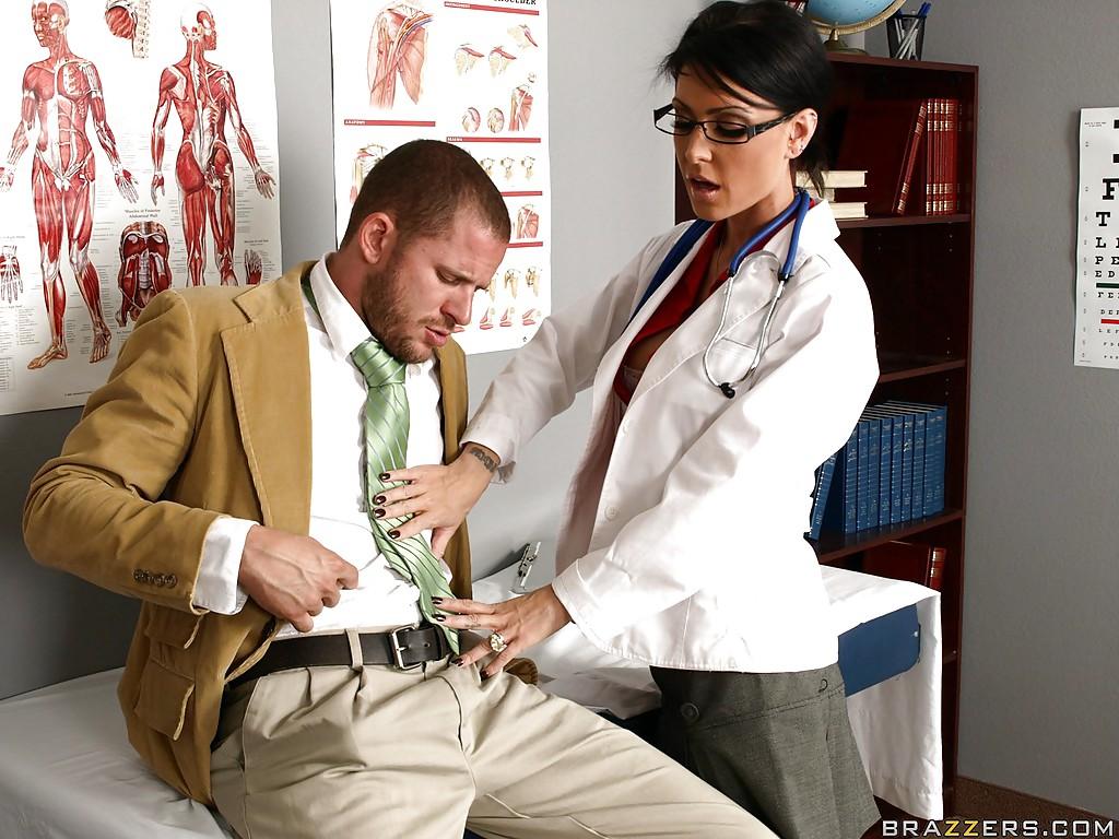 Jessica Jaymes осматривает пациента и отдается ему на диване