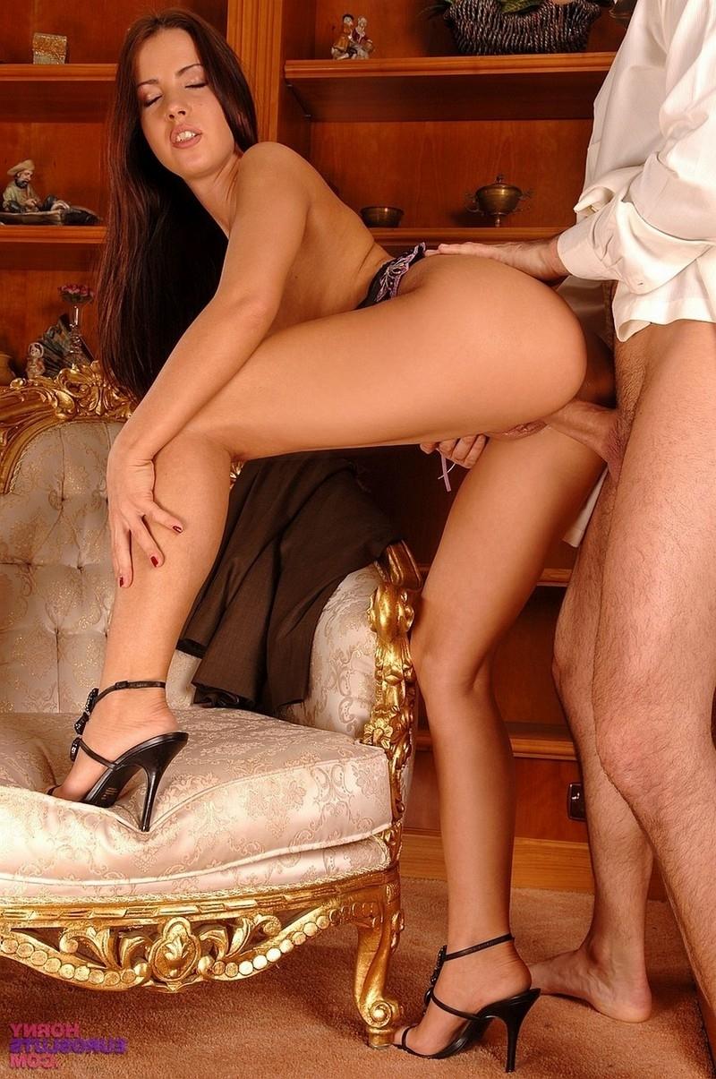 Сексуальная прислуга обслуживает господина