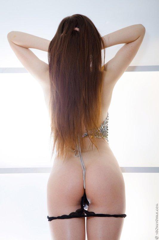 Сексуальная брюнетка Viktorina Steel показывает свою бритую письку