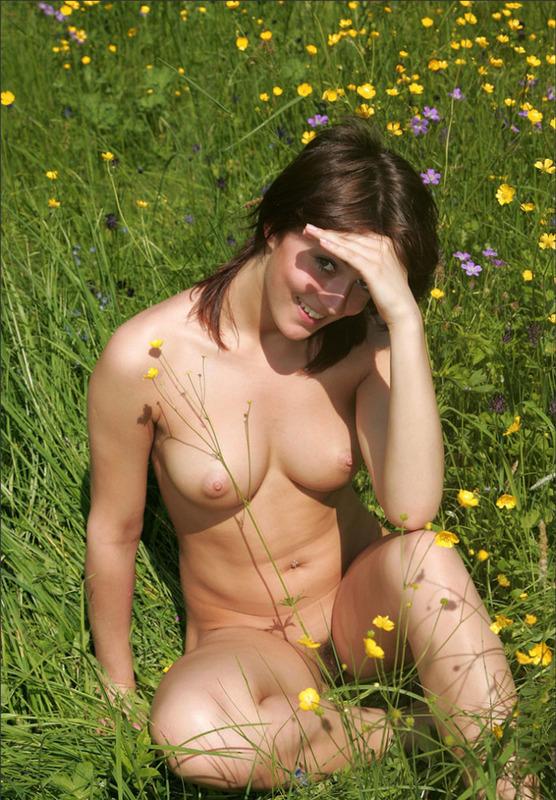 Барышня с офигенной фигурой на цветочной поляне