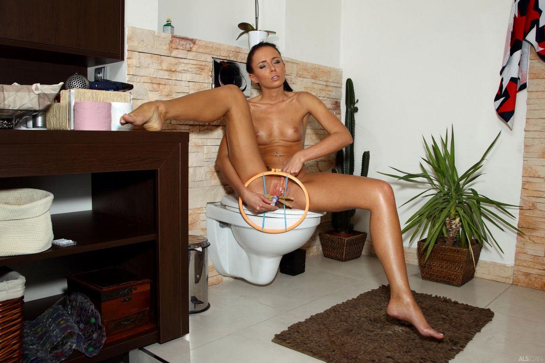 Игривая темненькая девушка Gina Devine принимает душ и мучает свою киску прищепками