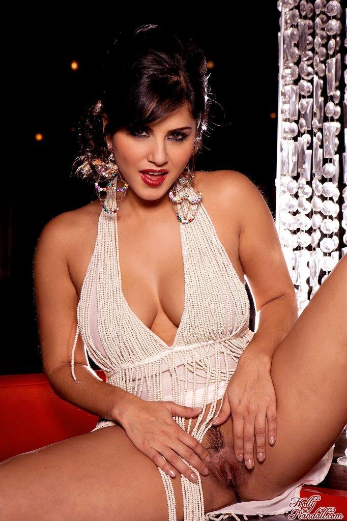 Грудастая шатенка Sunny Leone с супер возбужденными изгибами снимает свое прекрасное платье