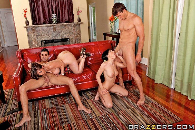Мужики поимели 2-х горячих мамочек в групповом соитии