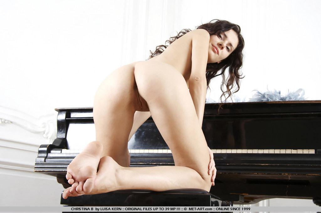 Грациозная брюнетка-подросток с привлекательной писькой Elma Nubiles фоткается раздетой на рояле