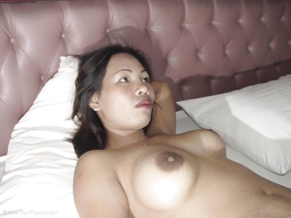 Китаянка в апартаментах искушает пальцами свою вагину