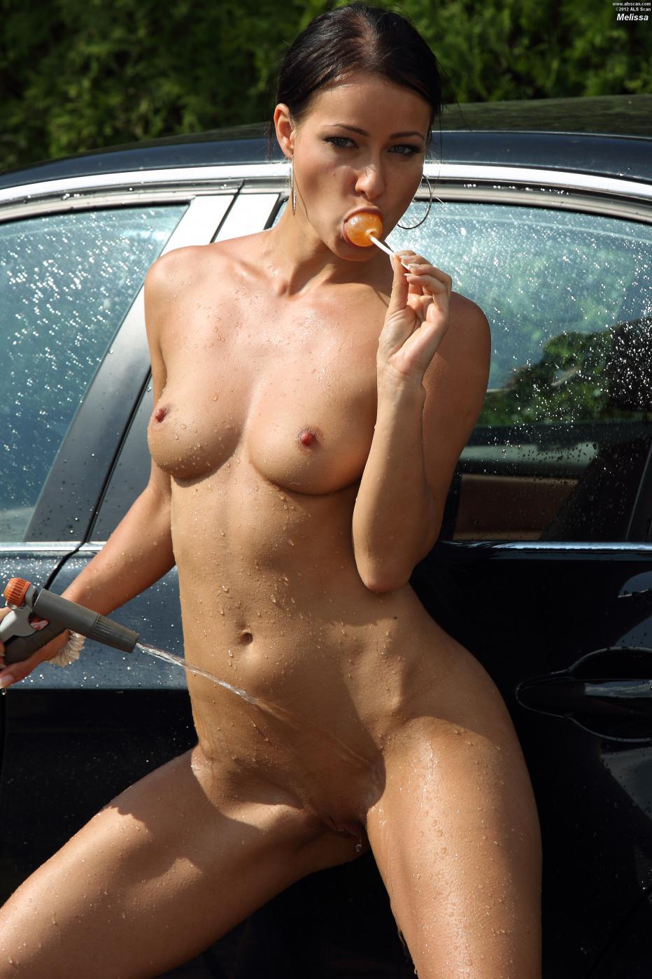 Грязная брюнетка Melissa Mendiny перестает мыть машину и решает помастурбировать с игрушками