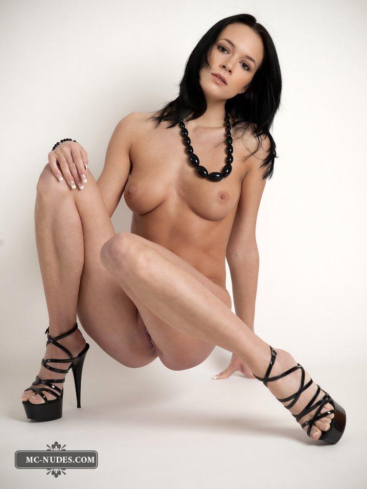 Развратная брюнетка Gwen A снимается на каблуках и в бусах