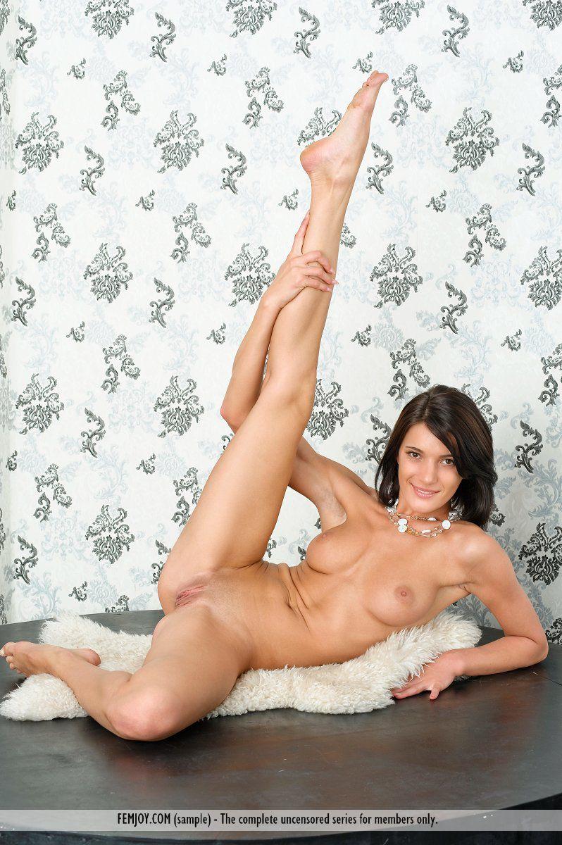 Брюнеточка Milla Yul показывает свою супер вагину между ножек