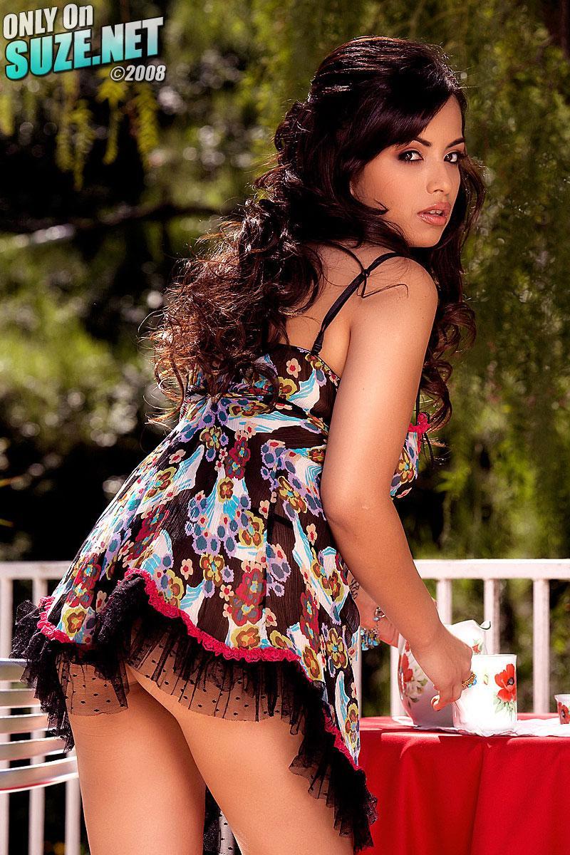 Привлекательная брюнетка Pepper Foxxx выглядит весьма мило и похотливо в платье типа женской пижамы