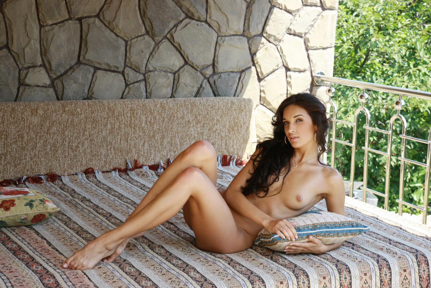 Хорошенькая темненькая девушка Olga M манит всех своей эротической фотосессией