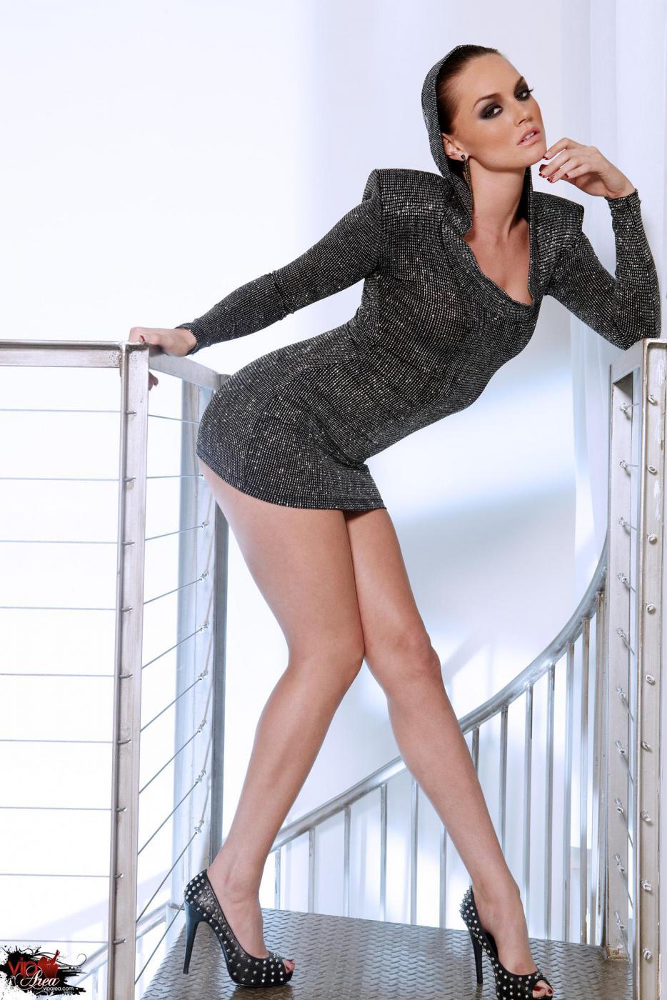 Сексуальная брюнетка в обтягивающем платье Tori Black светит свою грудь и шелковую письку