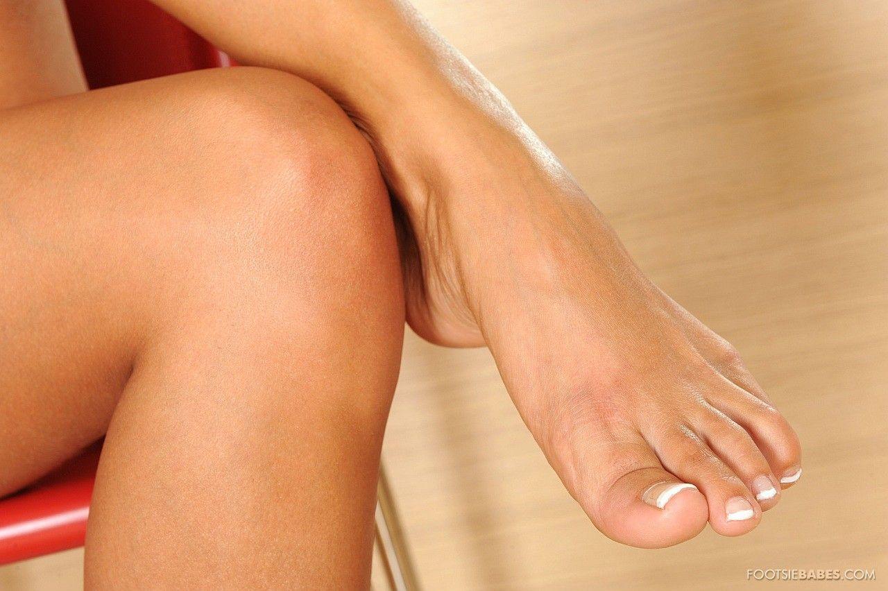 Классная ухоженная брюнеточка Эшли Булгари снимает высокие каблуки и трусики-танго