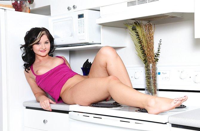 Крупным планом голая писька на кухне 19-летней шлюшки
