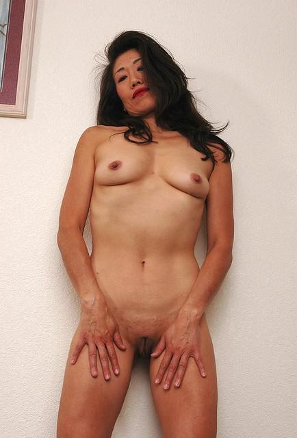 Китаянки охотно демонстрируют на камеру раздетые тела