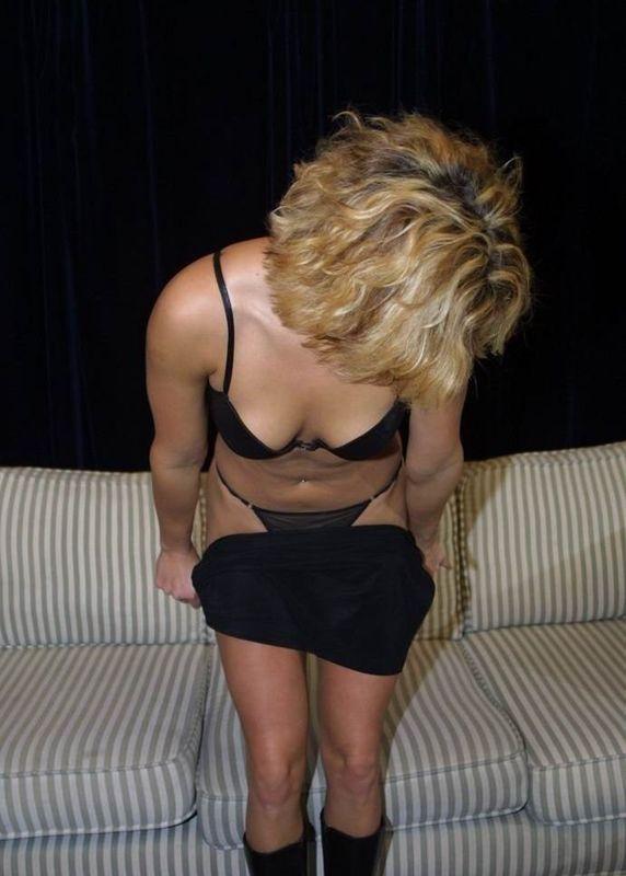 Светленькая девка блистает выразительной попочкой и стриженной вагиной