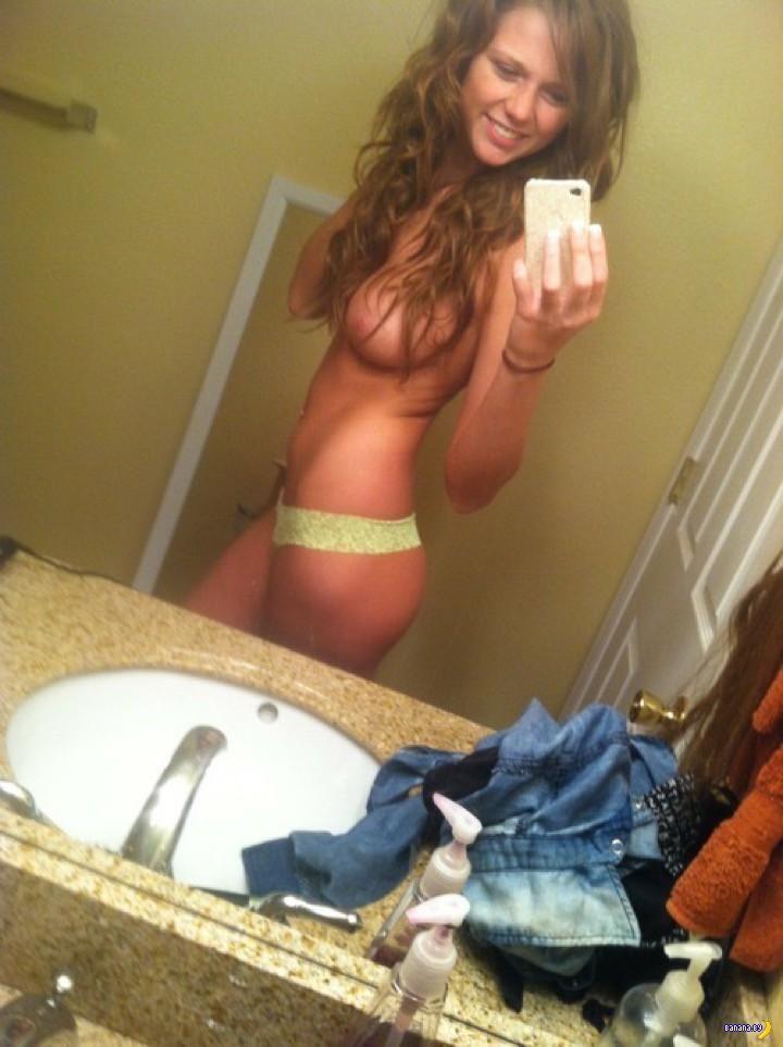 Юные блудницы фотографируют голые тела перед зеркалом