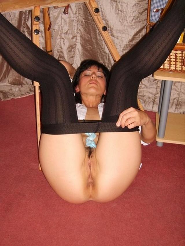 Раздвигают ноги и обнажают писи порно фото