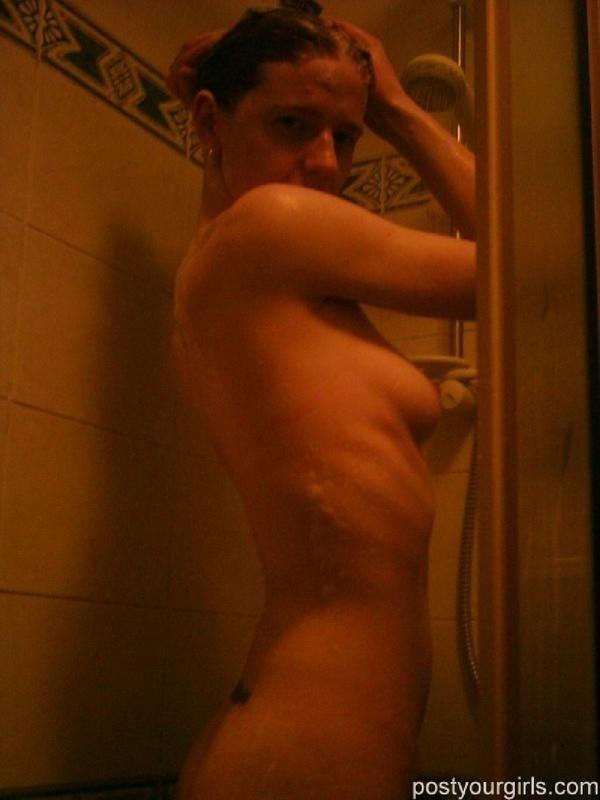 Сексапильная сучка показывает свое обнаженные груди в ванне