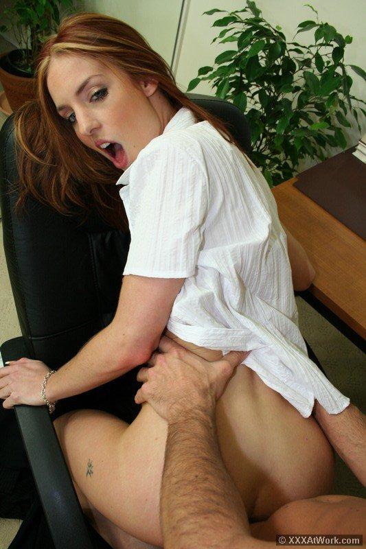 Высокая офисная красавица с выдающимися ножками и крохотными сиськами Riley Shy стаскивает трусы и сношается