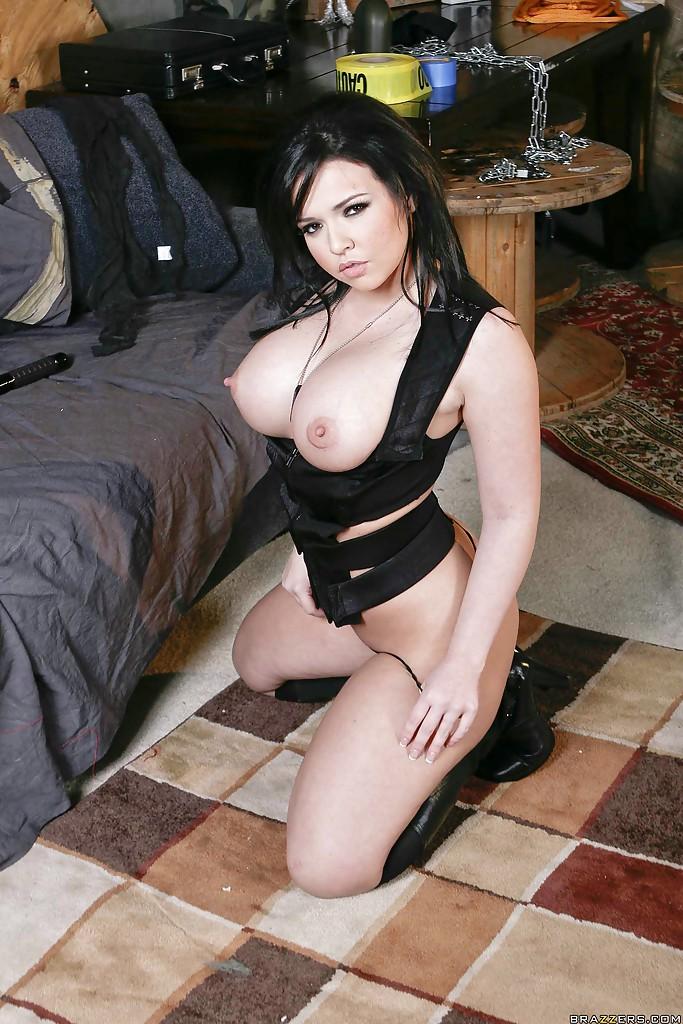 Темненькая девушка оголилась и блистает бюстом со стоячими сосками порнофото