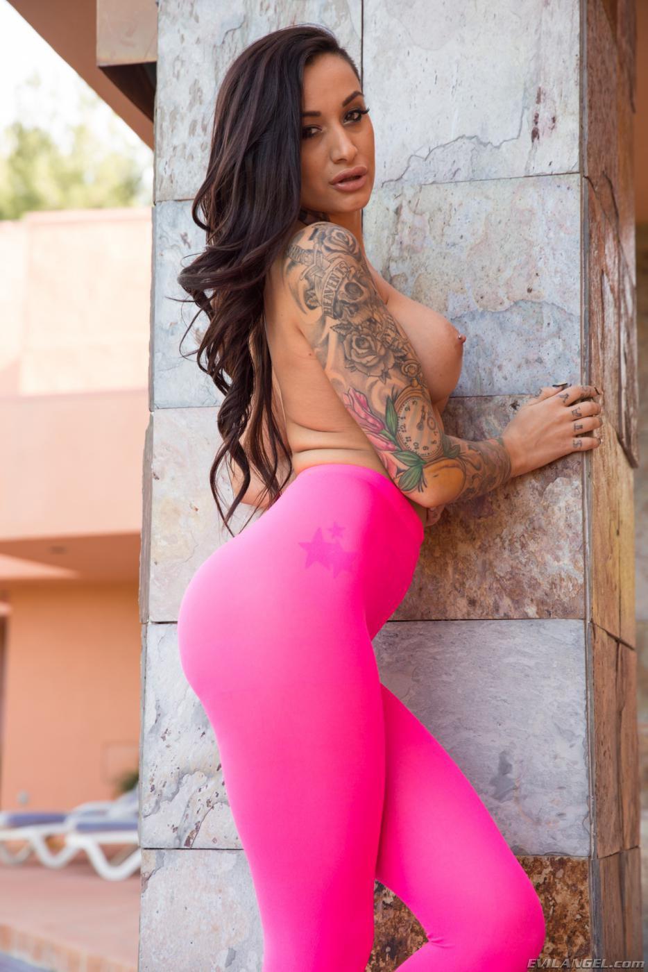 Анальная девка Alby Ryder в розовых колготках