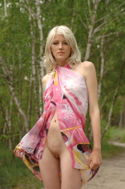 Стройняшка блондиночка раздевается в саду